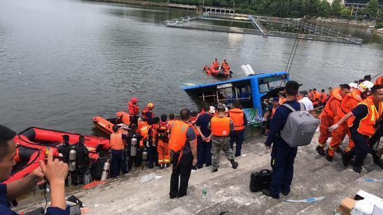 貴州安順市一輛公共汽車2020年7月7日全國高考日載數十學生墜水,造成至少21人死亡惡性事故。中國官方網絡刊登事故現場救援照片