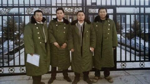 """左起:江天勇、张俊杰、王成、唐吉田,在""""法制教育基地""""前,黑龙江2014年3月."""