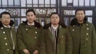 """左起:江天勇、張俊傑、王成、唐吉田,在""""法制教育基地""""前,黑龍江2014年3月."""