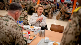 La ministre allemande de la Défense, Ursula von der Leyen durant sa visite aux troupes allemandes basées à Masar-i-Scharif, en Afghanistan, le 18 décembre 2018.