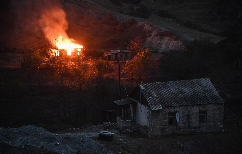 Aldeia de Kalbajar, no Nagorno-Karabach. Antes de entregar as aldeias ao Azerbaijão, há habitantes a queimar as suas casas. 14 de Novembro de 2020.