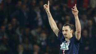 Zlatan Ibrahimovic comemora um de seus gols na vitória de 4 a 1 do PSG sobre o Saint-Etienne. (08/04/15)