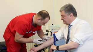 O presidente da Ucrânia e candidato à reeleição Petro Porochenko fez testes de drogas e álcool nesta sexta-feira, 5 de abril de 2019.
