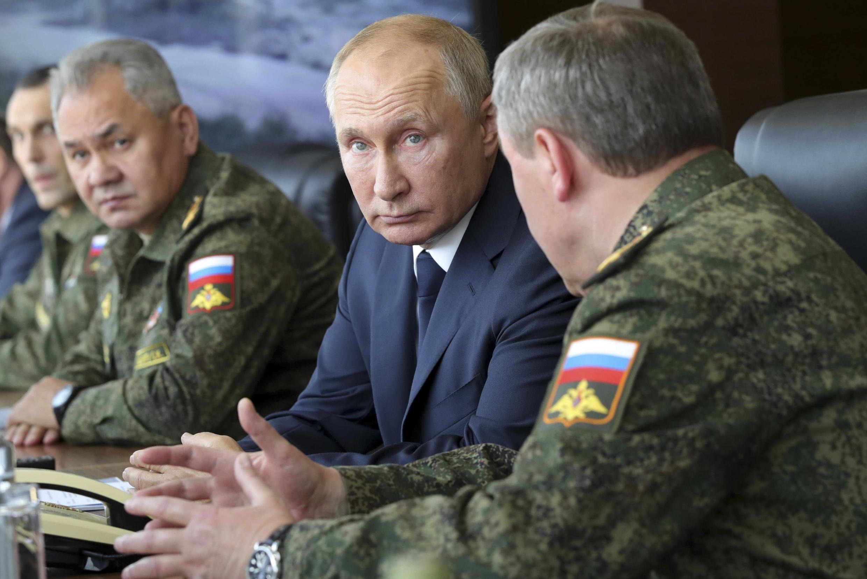 Vladimir Poutine et son ministre de la Défense Sergei Shoigu le 25 septembre 2020.