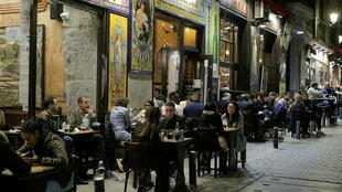 2021-03-27T223653Z_432564593_RC2YJM9XL457_RTRMADP_3_HEALTH-CORONAVIRUS-SPAIN-MADRID-TOURISTS