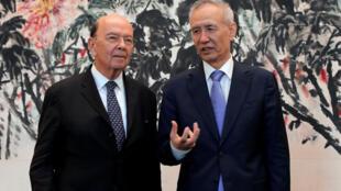 Bộ trưởng Thương Mại Mỹ Wilburs Ross (trái) và phó thủ tướng Trung Quốc Lưu Hà tại Bắc Kinh sau vòng đàm phán ngày 03/06/2018.