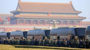 中國政協代表排隊入會。