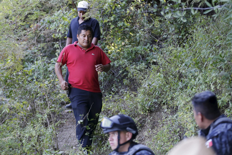 Miguel Angel Jimenez (de vermelho), durante buscas pelos estudantes
