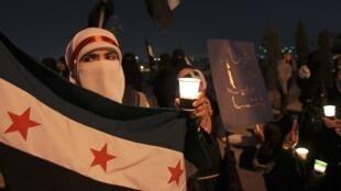 Manifestação diante da embaixada da Síria em Amã, capital da Jordânia.