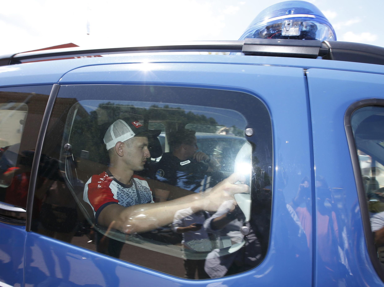 Российского болельщика увозят на полицейском автомобиле, Манделье-ла-Напуль, 14 июня 2016 г.