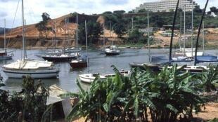 La lagune Ébrié et ses bateaux de pêche, vue du quartier hôtel Sebroko à Abidjan, Côte d'Ivoire.