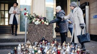 Des femmes déposent des fleurs en mémoire du maire de Gdansk, Pavel Adamowicz le 15 janvier 2019.