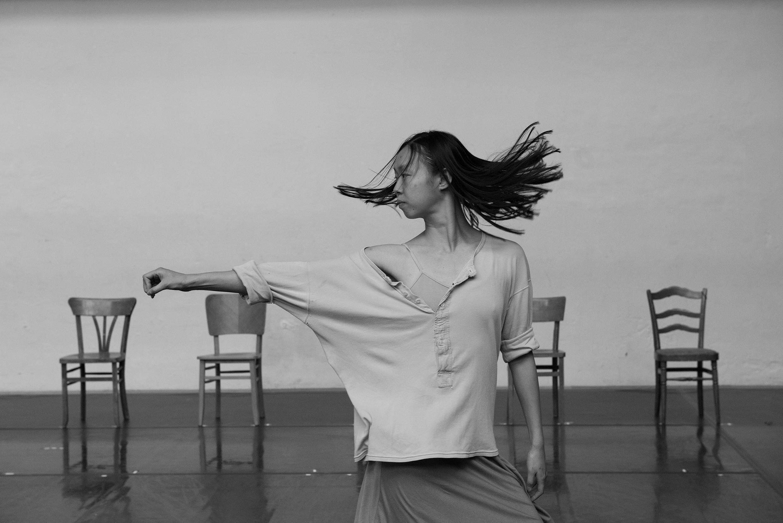 O Festival de Outono de Paris 2018 homenageia a coerógrafa belga Anne TeresaDeKeersmaeker, apresentando sete criações que trazem um panorama dessa estrela da dança contemporânea.
