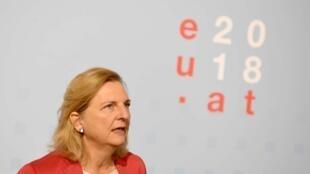 La ministre autrichienne des Affaires étrangères, Karin Kneissl, fait une déclaration lors de la réunion informelle des ministres des Affaires étrangères de l'UE à Vienne, le 31 août 2018.