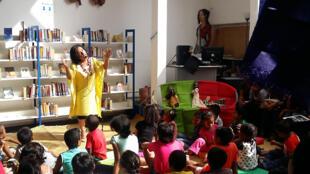 La conteuse Ny Eja envoute les enfants de l'IFM avec l'histoire Ikotokely.