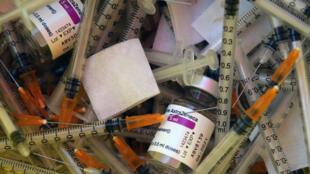 Des seringues et des doses d'AstraZeneca dans un centre de vaccination de Saint-Jean-de-Luz (France), le 19 mars 2021.
