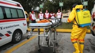 Luta contra o coronavirus toma as ruas da capital Quito, no Equador.