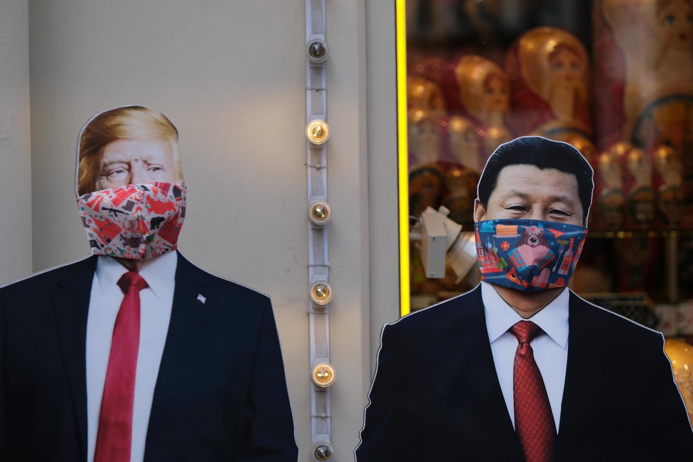 莫斯科街頭,特朗普和習近平戴口罩的圖像