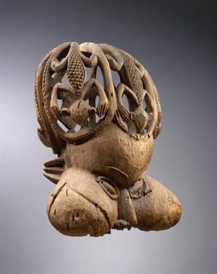 """Masque royal """"tukah"""" représentant une tête humaine aux joues boursouflées ( Cameroun, Afrique)"""