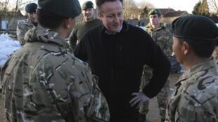 Le Premier ministre britannique David Cameron a visité samedi Chertsey, un  village à l'ouest de Londres, où les soldats aident les habitants.