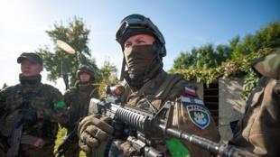 Manoeuvre en zone urbaine de paramilitaires polonais en 2014. Depuis 2017, des groupes paramilitaires forment l'Armée de défense territoriale au sein de l'armée polonaise.