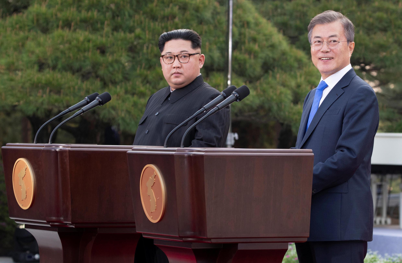 Ảnh minh họa : Tổng thống Hàn Quốc Moon Jae In (P) và chủ tịch Bắc Triều Tiên Kim Jong Un họp báo tại Bàn Môn Điếm ngày 27/04/2018.