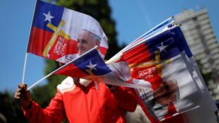 Un hombre vende banderas chilenas con la imagen del Papa frente a la Catedral San José, en Temuco, Chile, el 14 de enero de 2018.