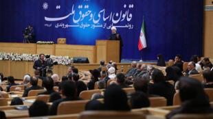 حسن روحانی، رئیس جمهوری اسلامی ایران، در همایش قانون اساسی و حقوق ملت که در تهران برگزار شد. دوشنبه ۲۹ آذر/  ١٩ دسامبر ٢٠۱۶