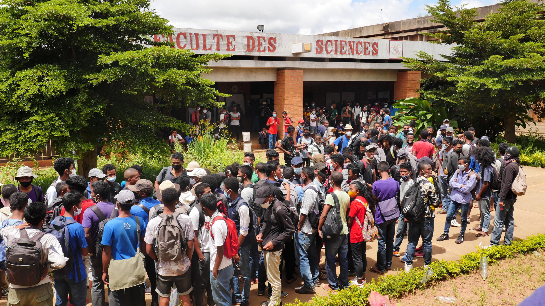 Ce mardi 16 mars, les étudiants en sciences de l'Université d'Ankatso ont poursuivi leur revendication sur le parvis de leur faculté. Ils réclament le paiement de 4 des 5 mois non-versés de bourse d'étude ainsi que la prime dite «d'équipement».