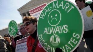 Washington (Etats-Unis) devant la Cour suprême. Des manifestants proclament «Wal-Mart continue de pratiquer la discrimination» (Photo d'archives)