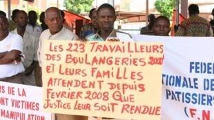 Ouagadougou, 1er mai 2011. Les membres du syndicat des boulangers protestent contre les hausses du coût de la vie et demandent justice. En 2008, des émeutes sociales avaient éclaté dans la capitale et détruit plusieurs boutiques.