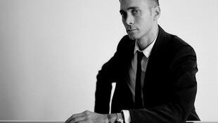 Hedi Slimane, novo diretor artístico da marca francesa Yves Saint Laurent, manterá seu atelier e escritório em Los Angeles, para fugir da taxação de 75%.