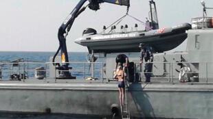 Turista britânica é retirada do mar por equipes da Guarda Costeira croata, após passar horas no mar.