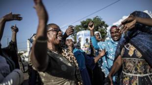 Des Comoriennes célèbrent la victoire de leur candidat devant le Parlement, le 25 février.