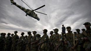 Un hélicoptère congolais survole les soldats rwandais qui entament leur retrait de l'est de la République démocratique du Congo, le 25 février 2009.