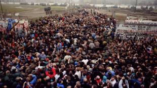 Người dân Đông Berlin tràn qua gặp người Tây Berlin ở Potsdamer Platz sau khi bức tường Berlin sụp đổ, ngày 12/11/1989.