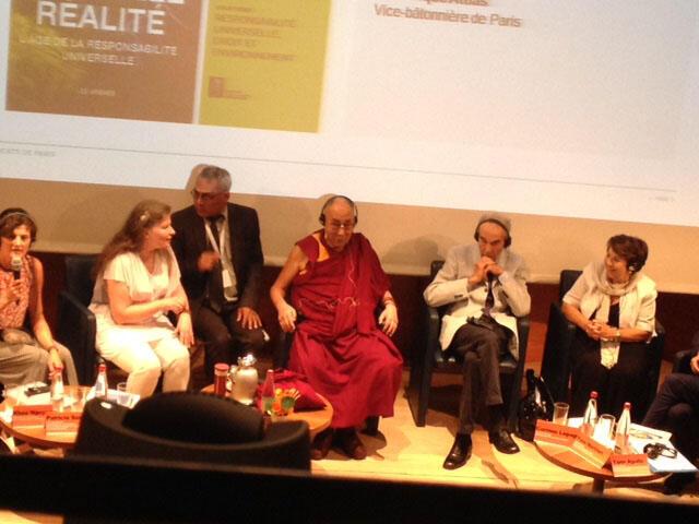 دالای لاما، رهبر بوادییان تبت، با نمایندگان ادیان مختلف در پاریس ملاقات کرد.