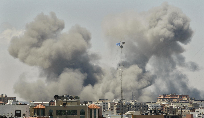 Những cột khói bốc lên trên dải Gaza sau các đợt oanh kích của Israel 18/07/2014.