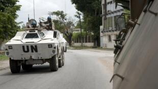 Un blindé de la force Licorne patrouillant dans Abidjan dimanche 3 avril.