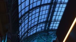 Sob a abóbada de vidro do Grand Palais em Paris instalaram-se as galerias da Bienal dos Antiquários