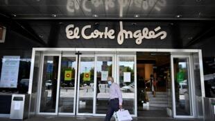 Un cliente sale del centro comercial Corte Ingles después de su reapertura como parte de la flexibilización del confinamiento nacional, el 8 de junio de 2020 en Madrid