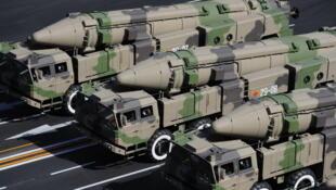 图为疑似中国东风系列战略导弹阅兵图
