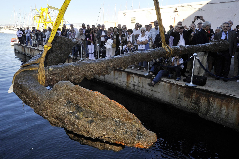 L'ancre du navire marchand Grand Saint-Antoine est remontée des eaux à Marseille en septembre 2012.