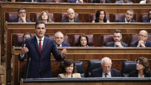 Le Premier ministre Pedro Sanchez prend la parole pendant une session parlementaire, à Madrid le 10 octobre 2018.