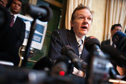 Julian Assange, người sáng lập WikiLeaks tropng một cuộc họp báo tại Thụy Sĩ (Reuters)