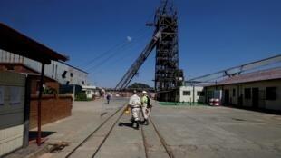 Des travailleurs dans une mine de Westonaria, en Afrique du Sud (image d'illustration)
