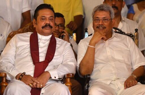 Gotabaya (d) et Mahinda Rajapaksa, ici lors d'une cérémonie à Colombo, le 19 mai 2018.