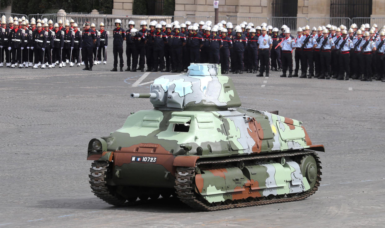 Французский танк Somua S35. Национальный праздник Франции. Площадь Согласия в Париже 14 июля 2020.