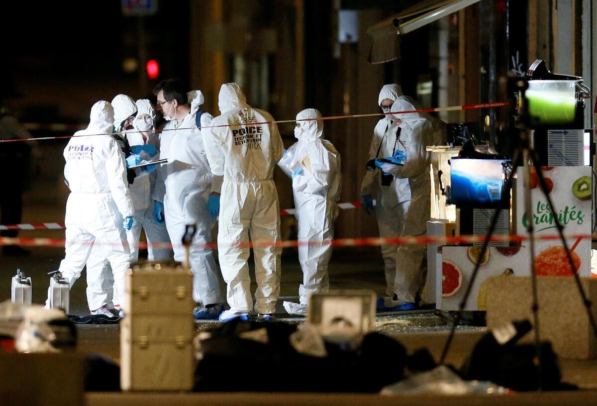 Polícia científica recolhendo traços da bomba que explodiu ontem em Lyon, França