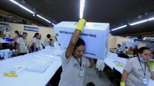 Un hombre lleva manterial electoral en el Tribunal Supremo Electoral en Tegucigalpa, el 28 de noviembre de 2017.